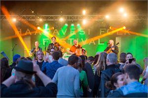 Norjalaista kansanmusiikkia soittava Sver esiintyi folk-lavalla perjantaina. KUVA SANNA KROOK