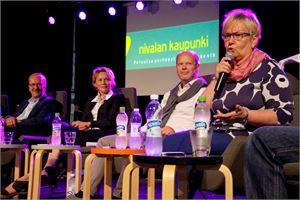 Nivala-areenassa keskusteltiin vilkkaasti esimerkiksi kotiseututyöstä. Nivala-Seuran toiminnanjohtaja Hanna Järviluomalla oli aiheesta paljon kokemusta.