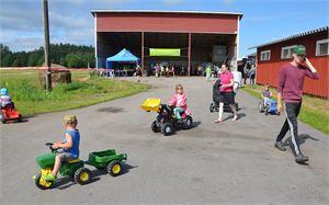 Polkutraktorit olivat kovassa käytössä Päivä maalla -tapahtumassa Hannulan tilalla Sievin Kukonkylässä.