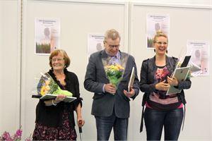 Toinen palkinto Kaarina Makkonen (vas.), keskellä voittaja  Kaarlo Koukku ja oikealla kolmannen palkinnon saaja ja yleisön suosikki Tiina Leminen. KUVA OUTI LEVÄ
