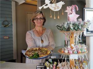 Jäätelöpallojen pyörittelyn ja passikuvien ottamisen lisäksi Anna Kuusiniemi leipoo kahvilassa tarjottavia herkkuja. Torstaina testattiin gluteenitonta suolaista piirakkaa. KUVA NELLI RÖNKKÖ
