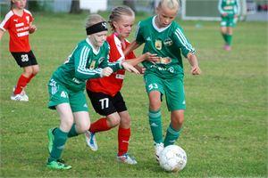 KPV:n E-tytöt Eveliina Keltamäki ja Ella Vapola halusivat pallon pois vastustajalta.