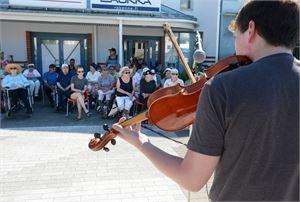 Viulunsoittoa vanhuksille. Topias Päivärinnalla on monipuolinen kesätyö Nivalan kaupungilla. Hän valvoo näyttelyitä Tillarigalleriassa ja soittaa viulua erilaisissa kesätilaisuuksissa. Tiistaina hän soitti vanhuksille järjestetyssä yhteislaulutilaisuudessa.