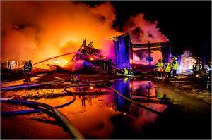 Ylivieskan yli 200 vuotta vanhasta puukirkosta jäi vain savuavia raunioita pääsiäislauantain tulipalon jäljiltä.