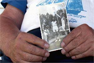 Kauko Prittisen vanhassa kuvassa Prittinen  on itse vasemmalla ja lisäksi kuvassa ovat Leo Roukala ja Lasse Peltola. He juoksuttivat heinäkuussa 1952 olympiatulta viimeiset kolme kilometriä Himangan rajalle. Taustalla kisaorganisaation kuorma-auto, jossa juoksijoiden matkaa seurasivat muun muassa virallinen ajanottaja ja valokuvaaja. Kuva Terttu-Liisa Tokola