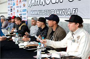 Jussi Jokinen (etualalla) jakamassa nimikirjoituksia All Stars -joukkueensa kanssa Kalajoen jäähallin edustalla. Vieressä maalivahti Pekka Rinne.
