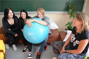 Jenna Junttila (vas.), Susanna Kokko ja Anton Alpua tekivät kymppivuoden aikana päätöksen jatkaa lukioon. Kati Säilyn mukaan monelle on tarpeen vuoden aikalisä, jonka aikana voi kuitenkin edistyä opinnoissakin.
