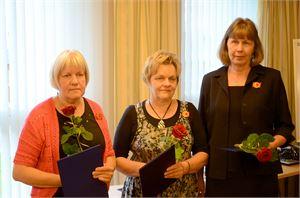 Irma Laajala (vas.), Elvi Sissonen ja Mirja Siironen saapuivat vastaanottamaan ansiomerkkinsä.