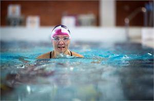 """""""Oman edistymisen havaitseminen kannustaa jatkamaan. Pienet ilot ovat yhtäkkiä suuria. Viime viikolla onnistuin sukeltamaan 25 metriä                               yhtäjaksoisesti, tosin räpylöiden kera"""", sanoo aikuisena uintiharrastuksen aloittanut Virpi Isaksson."""