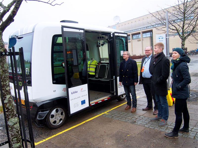 Saila Kinni vaihtaa linjurin käsiohjaukseen, kun edessä on ohitus. Yksi robobussi maksaa vielä noin 200000 euroa eli nykyisen dieselkäyttöisen linja-auton verran.