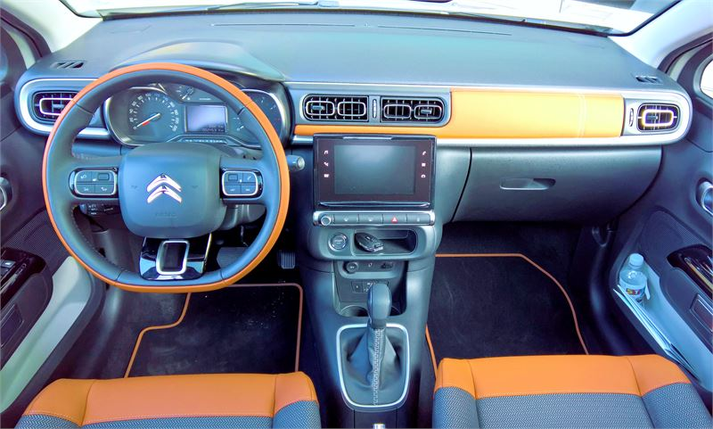 Citroën C3:n takapenkillä kiusaavat erityisesti polvitilan niukkuus ja neljällä sentillä madaltunut auton korkeus. Tilaa on kohtuudella kahdelle.