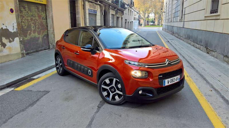 Kojelauta on aitoa Citroënia: hauska ja erilainen. Sitä voi personoida väreillä ja materiaaleilla.