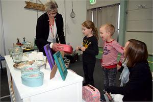 Ylivieskan messuilla Johanna Rautakoski osti lapsilleen Akselille ja Loviisalle lasten salkut Leena Korhosen Sisustus ja Lahja -liikkeen osastolta.