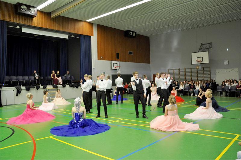 Koreografia teki oikeutta myös värikkäille puvuille.