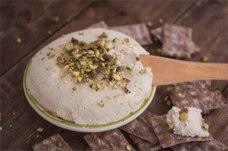 Cashewpähkinöistä tehty tuorejuusto maistuu muillekin kuin vegaaneille. Juusto on helppo tehdä, mutta pähkinöiden liottamiseen pitää varata aikaa.