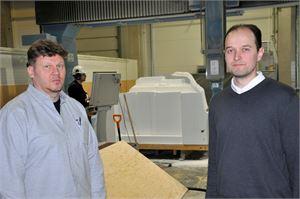 """Korsö Båtilla on kymmenen työntekijää, joista kuvassa toimitusjohtaja Jouni Salo (vasemmalla) ja johtaja Daniel Sundkvist sekä taustalla töitä tekevä CAD/CAM-insinööri Mikael Heikkilä. """"Tässä yrityksessä on hyvä joukko alan osaajia, joiden kesken on mukavan leppoisa työilmapiiri ja hyvän tekemisen meininki."""""""