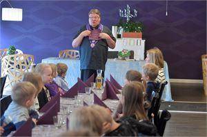 Juha Laukkanen johdatti ylivieskalaisen Rannan koulun oppilaita ruokailukulttuurin saloihin.