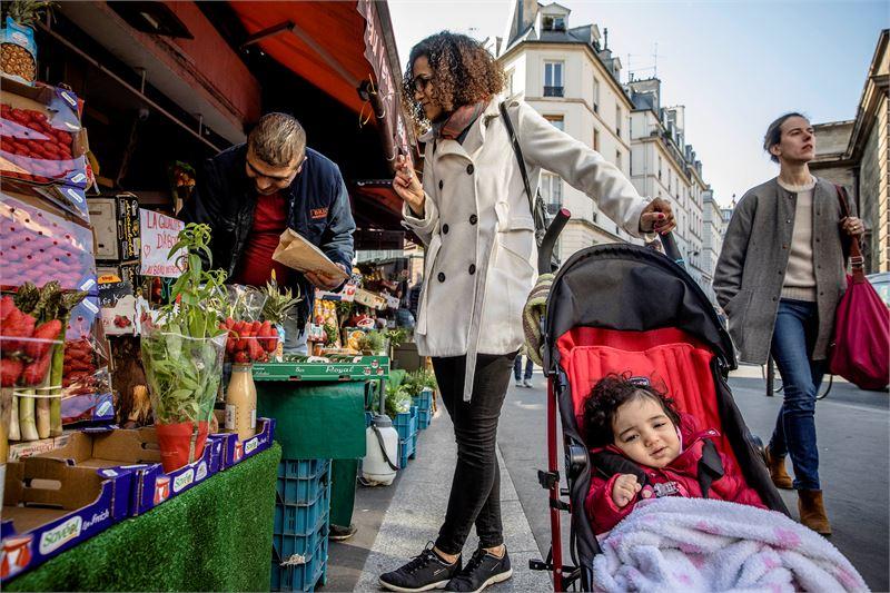 Oliveira Rosany Costa teki aamulla Pariisin keskustassa ruokaostoksia 1-vuotiaan Oliveira Esther -tyttären kanssa. –Olen peloissani, oikeastaan tunnetta voisi kuvailla paniikiksi.