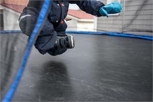 –Vahinkoja sattuu, vaikka kuinka varovainen olisi. Vanhempien olisi syytä pitää hyppimistä silmällä, toteaa Ifin henkilökorvausten asiantuntija Anne Koivisto.
