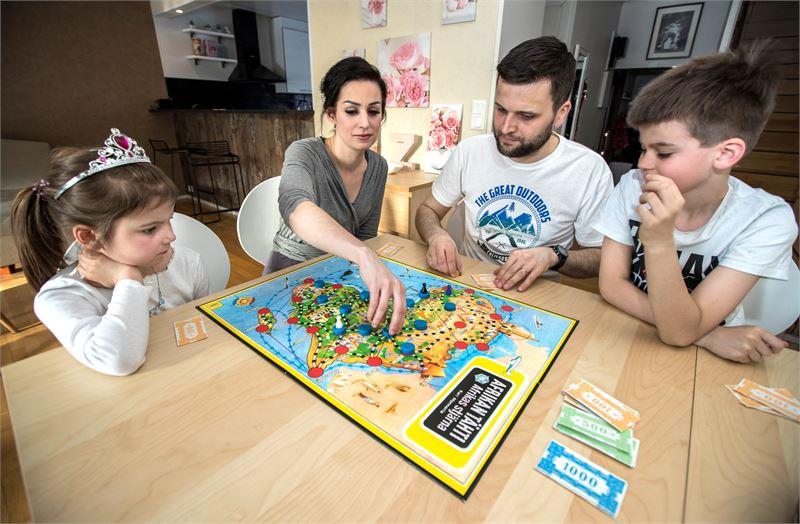 Keräset ovat kovia pelaamaan Afrikan tähteä. Varsinkin perheen isä Lauri pelaa Elenan ja Kasimirin kanssa mielellään lautapelejä silloin, kun äiti Marjukka on iltavuorossa. Hauskinta pelaaminen on kuitenkin tällaisina iltoina, kun pöydän ääreen pääsee koko perhe.