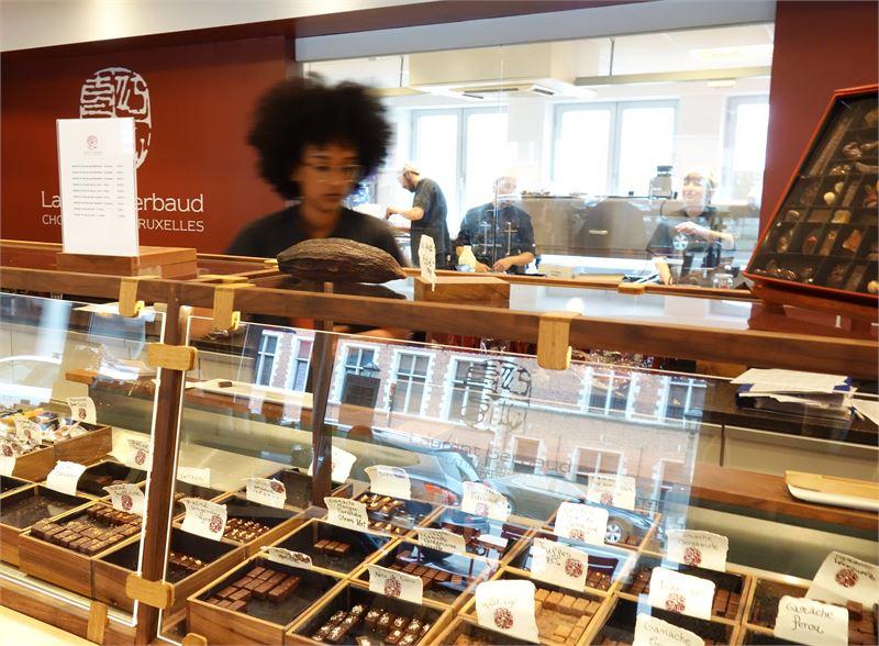 Neuhausin päämyymälä sijaitsee St. Hubert -galleriassa. Jean Neuhaus keksi suklaakonvehdin vuonna 1912. Jo hänen isoisänsä oli alkanut myydä suklaata apteekissaan.