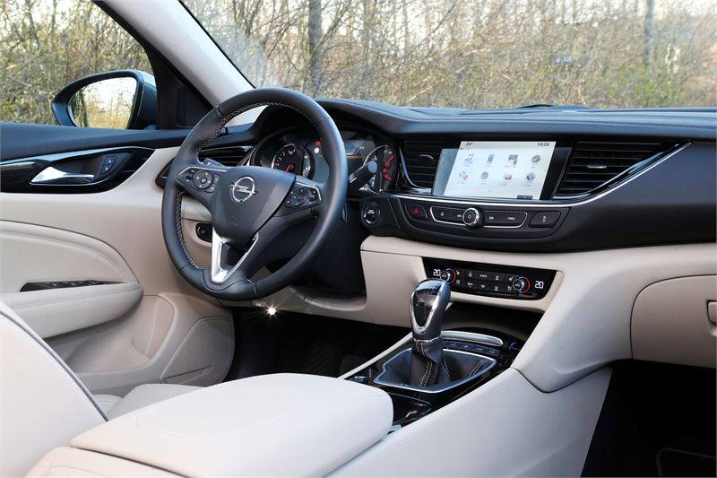 Insignian tuoreistettu ulkonäkö on peräisin Opelin Monza-konseptimallista. Sutjakoille linjoille on katetta myös käytännössä, sillä auto on enimmillään 175 kiloa kevyempi kuin aikaisemmin.