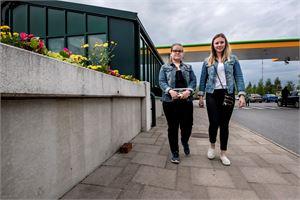 Henna Huusko ja IIna Rintamäki toivovat Kokkolan keskustaan iltatiloja, joissa nuoret voisivat tavata toisiaan.