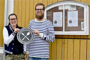 Heidi Nyblom Kuorikoski ja Kasper Tammela ovat olleet järjestämässä Vanhankaupungin Pop Up Kestejä. Ilmoitustaululle kiinnitetään kartta tapahtumaan osallistuvista pihoista.