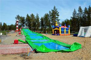 Ilmalla täytettävä 45 metriä pitkä vesiliukumäki Funslide on kesän uutuusmäki. Seuraavasta viikosta lähtien se on hieman erinäköinen.