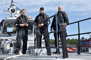 Magnus Asplund, Magnus Tiainen ja Terho Kinnari huolsivat merivartioston kalustoa tulevia tehtäviä varten.
