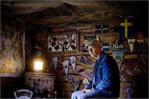 """Jan-Erik """"Janne"""" Niemelä toimi kymmeniä vuosia merillä lähinnä pursimiehen tehtävissä. Ulkovarastonsa meriaiheisilla tavaroilla koristellut Niemelä kertoo, että merimiehen työ muuttui valtavasti 80-luvun jälkeen."""