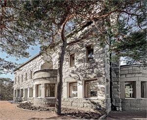 Kultaranta on toiminut tasavallan presidentin virka-asuntona 1920-luvulta saakka. Graniittihuvilan on suunnitellut Lars Sonck.
