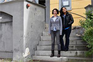 Khattie Q (oik.) ja Jenny Larson toteuttavat Unlived Lives projektin osan Roosin talolla.