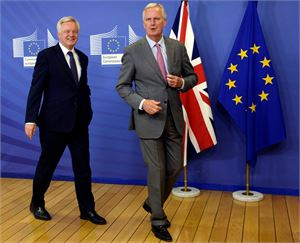 EU:n neuvottelijan Michel Barnierin (oik.) mukaan kantojen selvittämiseksi tarvitaan vielä seuraavakin neuvottelukierros. Vasemmalla Britannian pääneuvottelija David Davis. LEHTIKUVA/AFP