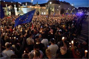 Kymmenettuhannet ihmiset ovat osoittaneet Puolassa mieltään uudistuksia vastaan tällä viikolla. LEHTIKUVA/AFP