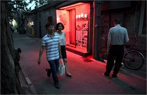 Ihmisiä kadulla Pekingin Lingjingin Hutongissa. Suuri osa baareista ja ravintoloista on suljettu. LEHTIKUVA / JUSSI NUKARI