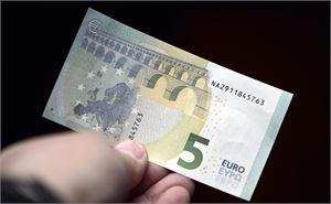 Noin puolet 7-17-vuotiaista saa rahapalkkion myös hyvistä arvosanoista. Keskimääräinen palkkio on viisi euroa. LEHTIKUVA / Kimmo Mäntylä