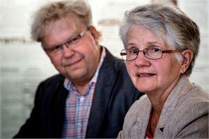Näyttelypäällikkö Reijo Alakoski kuuntelee Keskipohjanmaan eläkeliiton edustajan Helena Tiluksen mielipiteitä SENIOR -messuista. Tilus uskoo, että messu on mukava retkikohde eläkeläisille.