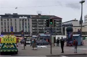 Poliisi valvoo tilannetta Turun torilla, jossa tänään puukotettiin useita ihmisiä. LEHTIKUVA/AFP.