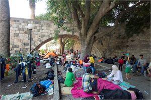 Kansainvälistä suojelua haluavia ihmisiä saapuu Euroopassa etenkin Välimeren maihin. Kuvassa turvapaikanhakijoita Kosin saarella Kreikassa elokuussa 2015.