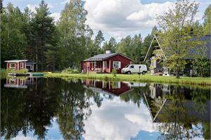 Kesän päättyessä moni suomalainen haaveilee asumisesta mökillä. Jotta se onnistuu, kiinteistön ja rakennuksen pitää täyttää vaatimukset. Kunta ja oma kukkaro ratkaisevat, voiko unelmasta tulla totta.