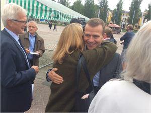 Valtiovarainministeri Petteri Orpo sai tervetulohalauksen kansanedustaja Lenita Toivakalta Mikkelin torilla.