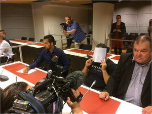 Neljäs Turun iskuista epäilty mies vangittiin Varsinais-Suomen käräjäoikeudessa iltapäivällä klo 16 aikoihin. Hän peitti kasvonsa tiedotusvälineiltä paperiarkilla.