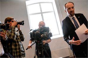 Perussuomalaisten puheenjohtaja Jussi Halla-aho totesi tiistaina, että MV-lehden juttujen jakaminen edustaa huonoa harkintaa.