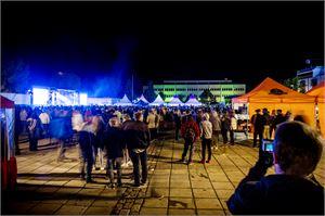 Kokkolan tori täyttyy taas viikonloppuna venetsialaisten viettäjistä. Paikalle odotetaan noin 8000 ihmistä kumpanakin iltana.