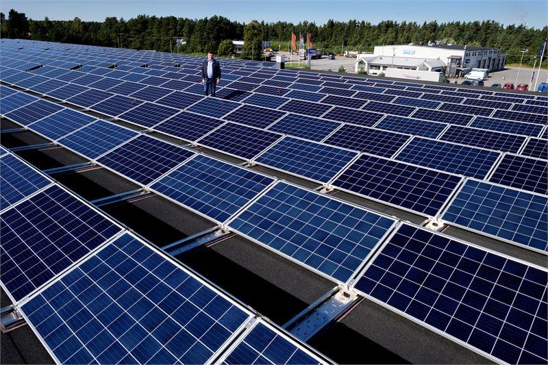 Jänismaalla sijaitsevan keskusvaraston aurinkosähköjärjestelmän on toimittanut suomalainen energiayhtiö Solarigo Systems, kertoo Halpa-Hallin varatoimitusjohtaja Ari Isohella.