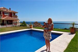 Milja Heinonen etsii nyt miehensä ja kolmen kuukauden ikäisen poikansa kanssa väliaikaista kotia Espanjan aurinkorannalta. Kuva: Kotialbumi