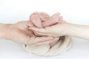 Sami Salonsaari pitelee sylissään 13 päivän ikäistä tytärtään. Äiti Sigrid Tikka lepertelee ja Vauvakuvan valokuvaaja Varpu Rautaniemi ikuistaa isän ja tyttären. Kuvaus kestää yleensä puolisen tuntia.