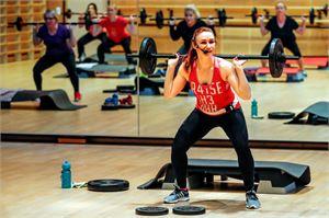 Ryhmäliikunnassa auttaa, jos ohjaaja kannustaa ja tsemppaa. Tärkein motivaatiotekijä tulee kuitenkin liikkujan sisältä. Liikunnan pitää olla hauskaa. Piritta Pöllänen vetää body pump -tuntia Santasport Lapin urheiluopistolla Rovaniemellä.