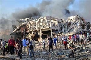Rekkaan pakatut pommit räjähtivät lauantaina Safari-hotellin sisäänkäynnin tuntumassa maan pääkaupungissa Mogadishussa. LEHTIKUVA/AFP